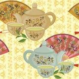 Repetición del modelo con la tetera, las tazas y las fans orientales Imagen de archivo libre de regalías