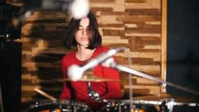 repetición La muchacha bonita juega apasionado los tambores almacen de video