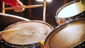 repetición La muchacha en sombrero negro juega en los tambores mojados Golpe de la trampa almacen de video