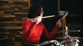 repetición La muchacha juega activamente los tambores Cámara lenta almacen de video