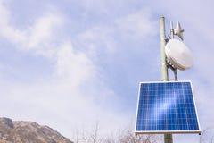 Repetidor de la antena con el panel solar Foto de archivo libre de regalías