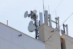 Repetidores de la antena parabólica en el tejado del edificio Foto de archivo