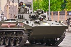 Repetitie van de parade gewijd aan overwinning in de Tweede Wereldoorlog De Russische militairen en de ambtenaren op het pantser  Stock Fotografie