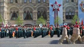 Repetitie van parade - plechtig Maart van militairen op Rood Vierkant stock footage