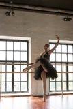 Repetitionballerina i korridoren Tr?golv, stora f?nster H?rlig ballerina i repetitionrummet arkivbilder