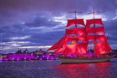 Repetitionen för den årliga scharlakansröttet för berömskolakandidater seglar i St Petersburg Arkivfoto
