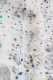 Repfotfästen och Klockor vaggar på klättringväggen Arkivbild