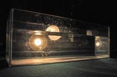 Repicar claro através da água, um aquário encheu-se com água que está no tapete verde com uma lâmpada foto de stock