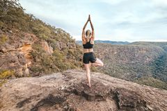 Repisa femenina de la montaña del asana de la balanza de la yoga de la aptitud de la fuerza imagen de archivo libre de regalías