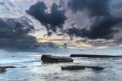Repisa y paisaje marino de la roca con las nubes grises imágenes de archivo libres de regalías