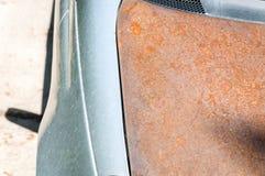 Replaced повредил клобук автомобиля с дешево заржаветое одним без краски после аварии автокатастрофы стоковое изображение