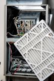 Replaceing un filtro dalla fornace con un nuovo fotografia stock