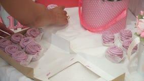 Replacement du zéphyr rose fait main délicieux de boîte sur la table clips vidéos