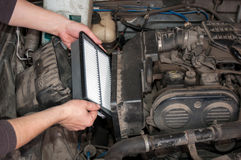 Replacing the air filter car Royalty Free Stock Photos