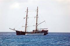 Replica della nave di pirata in mare Immagini Stock