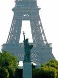Replica della statua di libertà e della Torre Eiffel, Parigi Fotografie Stock Libere da Diritti