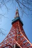 Replica di Eiffel della torre di Tokyo incorniciata dai brunch e dall'angolo basso al giorno fotografie stock