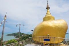 Replica di Phra che in Kwaen (roccia dorata) dal Myanmar Fotografia Stock Libera da Diritti