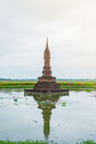 Replicatempel, die van baksteen, Inkhothai wordt gemaakt het Midden van een Vijver met Waterlelies, Silhouet Royalty-vrije Stock Foto's