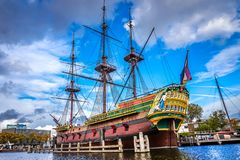 Replik der natürlichen Größe des Schiffs des 8. Jahrhunderts Amsterdam VOC, Dutch East India Company stockfoto