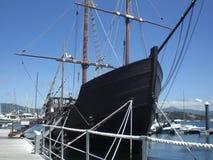 Replik des caravel, welches das Pinta der Reisen von Christopher Columbus nach Amerika in Baiona Galizien Spanien Europa lokalisi stockbilder