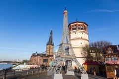 Replik des Eiffelturms zur Unterstützung Frankreichs in Dusseldorf, Mikrobe lizenzfreies stockbild