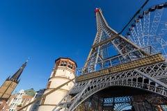 Replik des Eiffelturms zur Unterstützung Frankreichs in Dusseldorf, Mikrobe lizenzfreie stockbilder