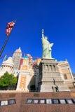 Replik des Freiheitsstatuen vor New York - New York heiß lizenzfreie stockbilder