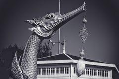 Replik des königlichen Lastkahnes Suphannahong in Form eines mythischen Schwans und einer Glaskugel, die von seinen Zähnen hängen Stockfoto