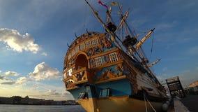 Replik des russischen alten Schiffs des Zars Peter I Poltava auf Damm von Neva-Fluss Sankt-Petersburg, Russland stock video
