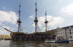 Replik des Schiff Dutch East India Company ` das Amsterdam-`, festgemacht durch das nationale Seemuseum in Amsterdam, stockbilder