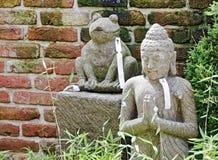 Replik einer Buddha-Skulptur und des Frosches lizenzfreie stockbilder
