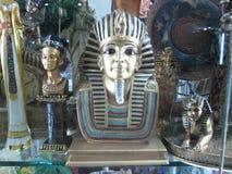 Replik einer Statue des ägyptischen Pharaos Stockfotos