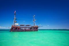 Replik eines alten Schiffs im karibischen Meer nahe Punta Cana Stockbilder