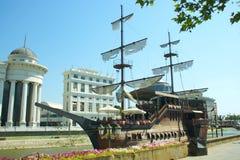 Replik eines dänischen Schiffs auf Vardar-Fluss in Skopje Mazedonien Stockfotos