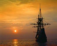 Replik Mayflower II bei tiefrotem Sonnenuntergang, Massachusetts Lizenzfreie Stockfotografie