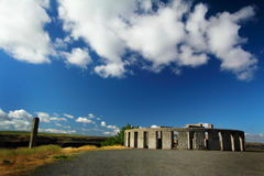 Replik und Wolken Stonehenge stockfotos