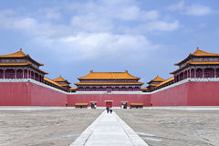 Replik von Verbotener Stadt mit Besuchern auf einem Gehweg, Hengdian, China stockfotos