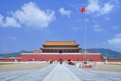 Replik von Verbotener Stadt mit Gehweg und Gebirgsrücken, Hengdian, China lizenzfreies stockbild