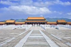 Replik von Verbotener Stadt mit Gehweg und Gebirgsrücken, Hengdian, China lizenzfreie stockbilder