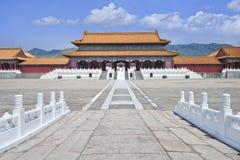Replik von Verbotener Stadt mit Gehweg und Gebirgsrücken, Hengdian, China stockbilder