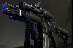 Replikmaschinengewehr gegen einen smokey Dunkelheitshintergrund Lizenzfreie Stockfotografie