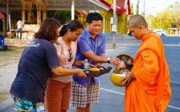 Reportaż od ulicy, rytuał prezent jedzenie dla michaelita Zdjęcie Royalty Free