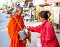Reportaż od ulicy, rytuał prezent jedzenie dla michaelita Zdjęcia Royalty Free