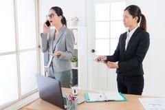 Reportage de attente d'aide femelle d'affaires Image stock