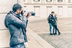 Reporter che spia una coppia immagine stock