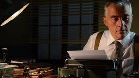 reporter degli anni 50 che lavora nell'ufficio video d archivio