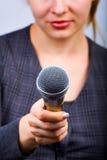 Reporter, der Interview oder Meinungsumfrage nimmt Stockfotografie