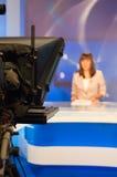 Reporter, der Nachrichten darstellt lizenzfreie stockbilder