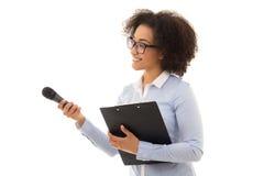 Reporter femminile afroamericano con il microfono e la lavagna per appunti i fotografie stock